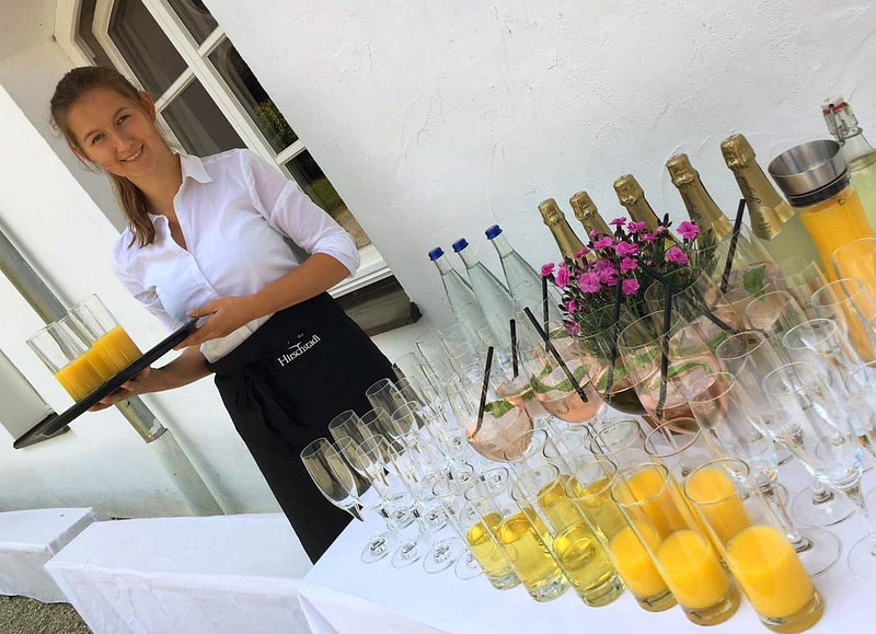 Servicepersonal für den perfekten mobilen Cocktailservice in München mit mobiler Cocktailbar